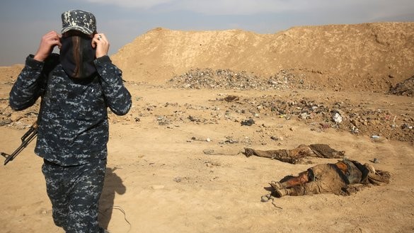 A member of the Iraqi forces checks a mass grave discovered in the Hamam al-Alil area on November 7, 2016 after they recaptured the area from the 'Islamic State' (IS) during the ongoing operation to retake Mosul. [AHMAD AL-RUBAYE / AFP]
