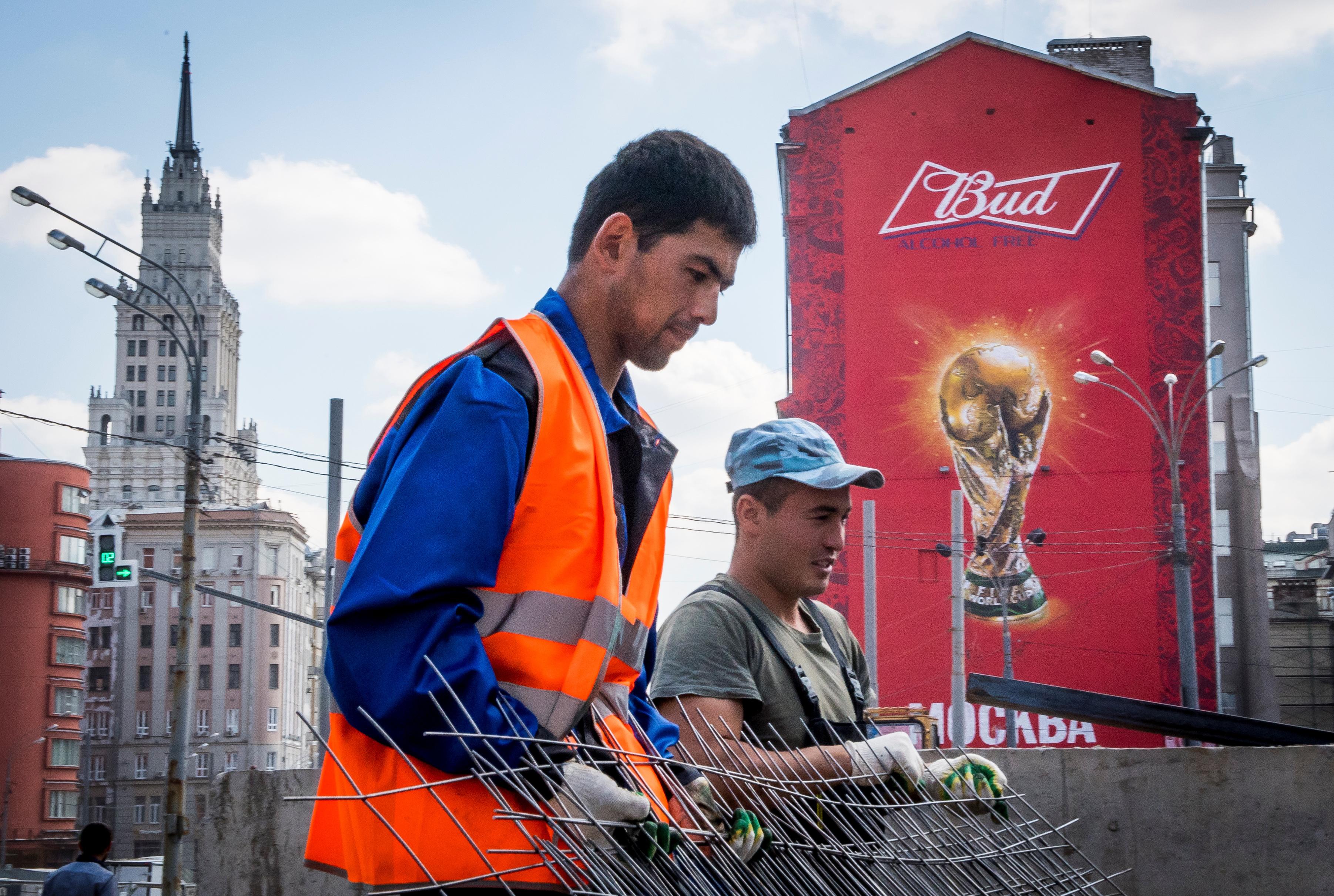 Мигранты из Центральной Азии утверждают, что в России с ними обращаются как с «людьми второго сорта»