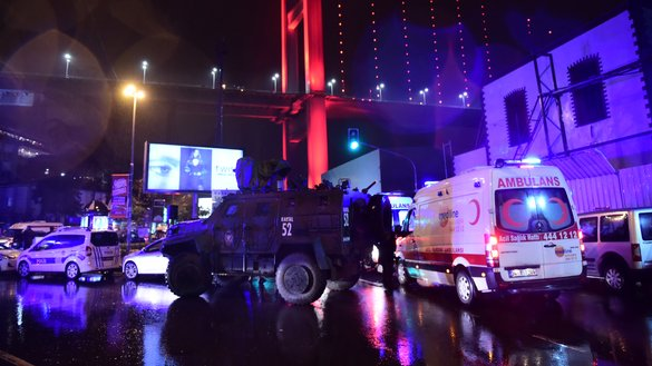 Turkish special force police officers and ambulances are seen outside Istanbul's Reina nightclub January 1, after a gun attack claimed by IS took 39 lives. [Yasin Akgul/AFP]