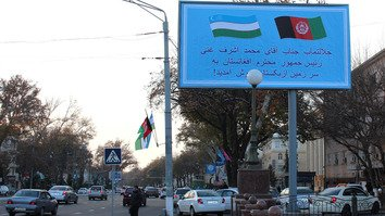 A Dari-language welcome banner and Uzbekistani and Afghan flags festoon a Tashkent street December 5 in honour of fghan President Ashraf Ghani's visit to Uzbekistan. [Maksim Yeniseyev]