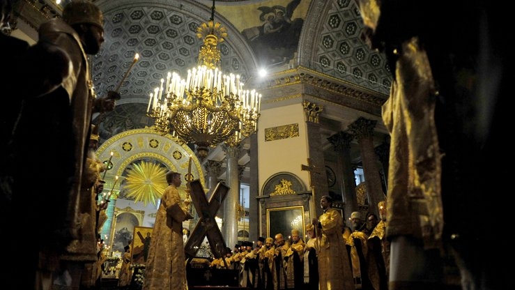 Orthodox priests take part in a service at Kazan Cathedral in St. Petersburg July 11, 2013. The Russian Federal Security Service last week arrested seven suspected IS members accused of plotting terrorist attacks in parts of the Tsarist capital, including the cathedral. [Olga Maltseva/AFP]
