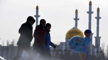 Men walk in front of the Nur-Astana mosque in Astana January 22. According to the Spiritual Administration for Muslims of Kazakhstan (DUMK), 4,967 Kazakhstanis gave up extremism and returned to traditional Islam during 2013-2017. [Kirill Kudryavtsev/AFP]