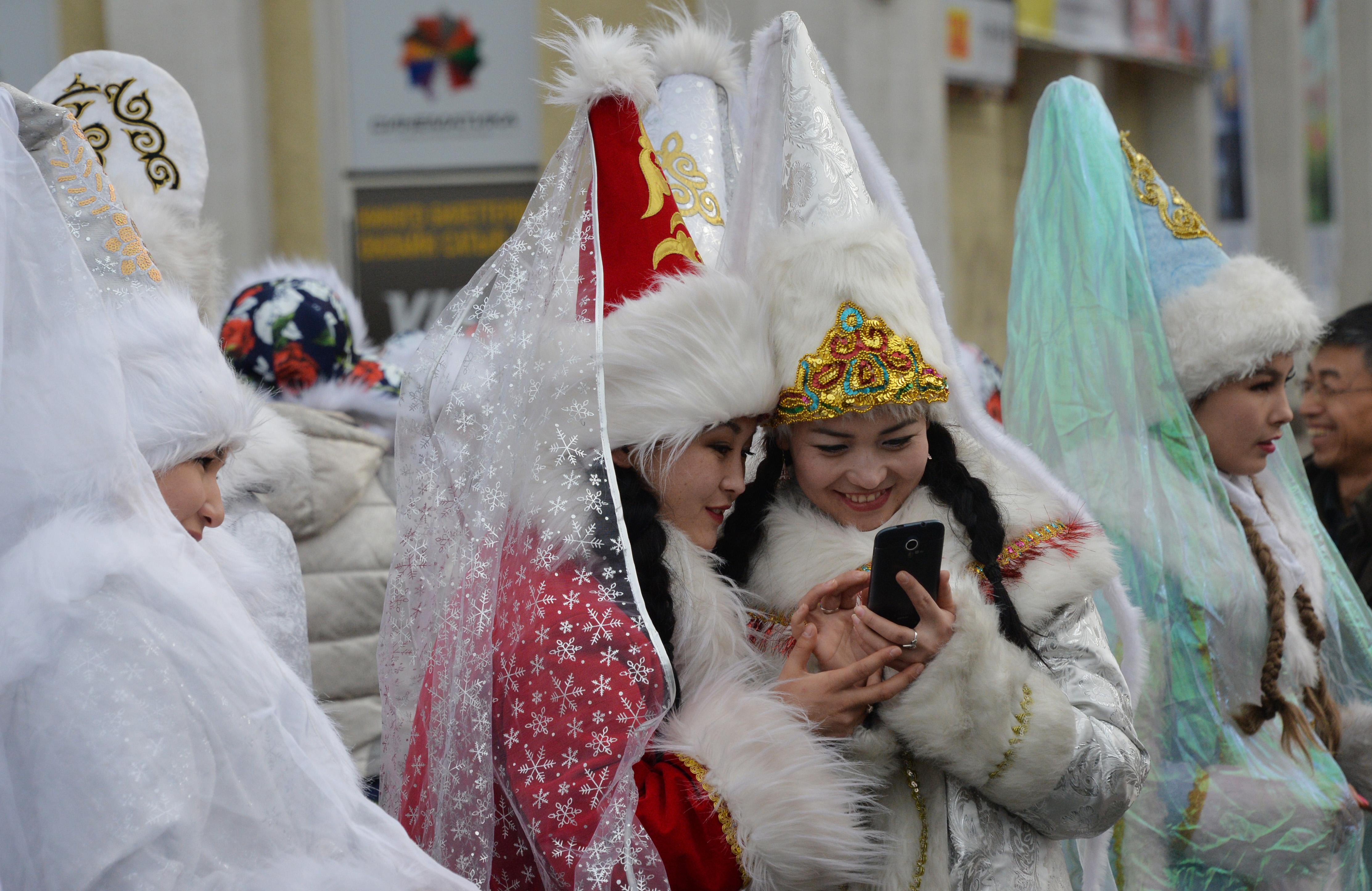 """Кыргызстан принимает меры по защите """"уязвимой"""" молодежи от пропаганды"""
