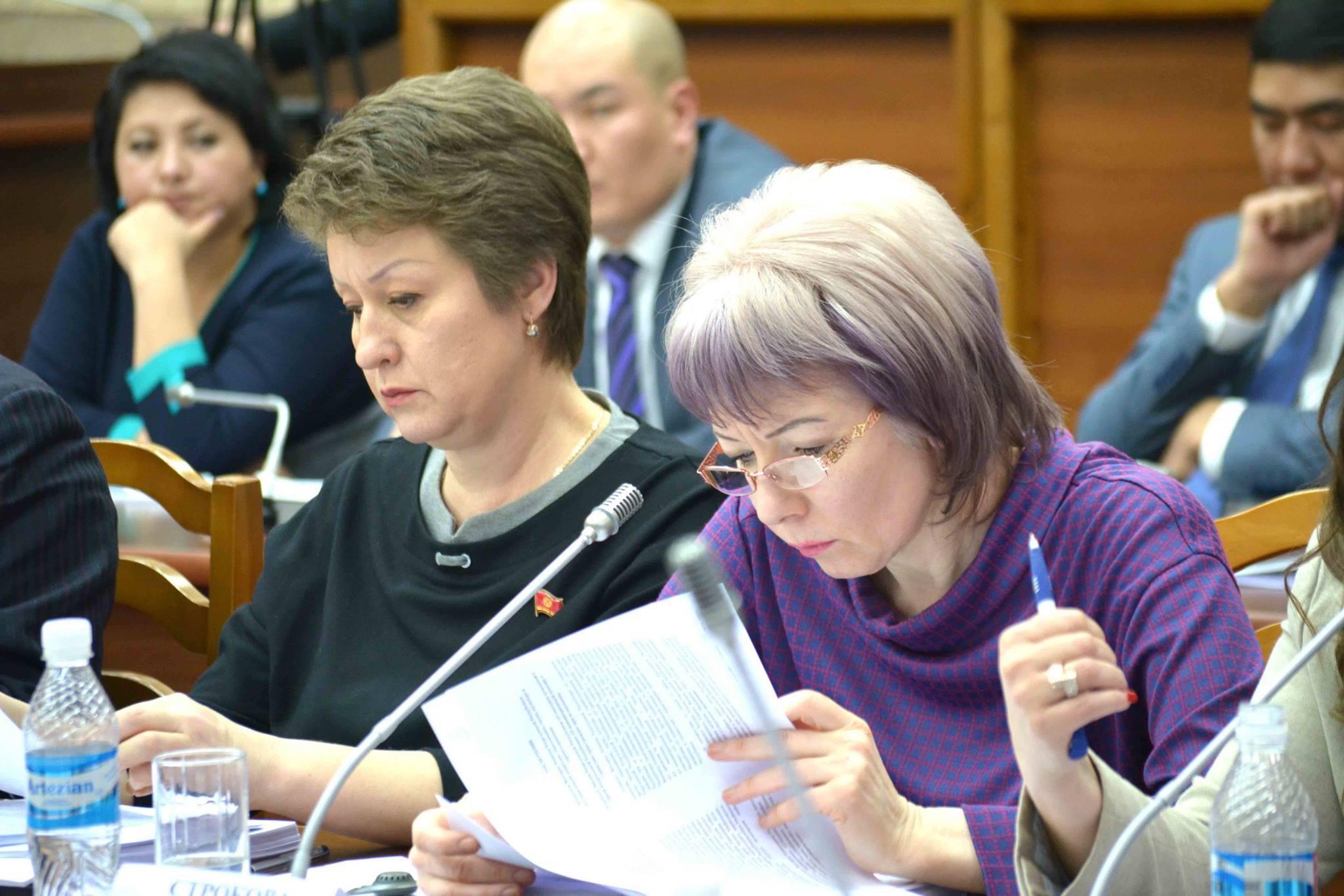 """Член парламента Евгения Строкова (справа) работает на заседании в Бишкеке в 2016 году. """"Необходимо уделять больше внимания повышению качества образования в школах и университетах"""", - сказала она """"Каравансараю"""". [Парламент Кыргызстана]"""