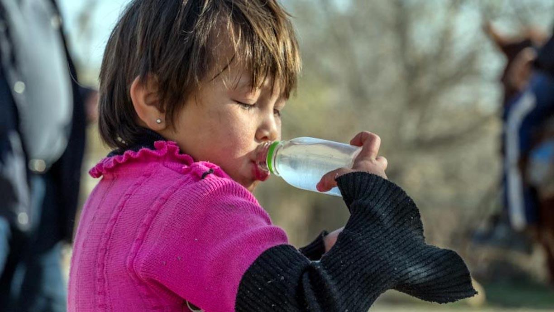 Чтобы дети не пили плохую воду, родители дают им с собой бутылочки с кипяченной водой. [Группа Всемирного банка]