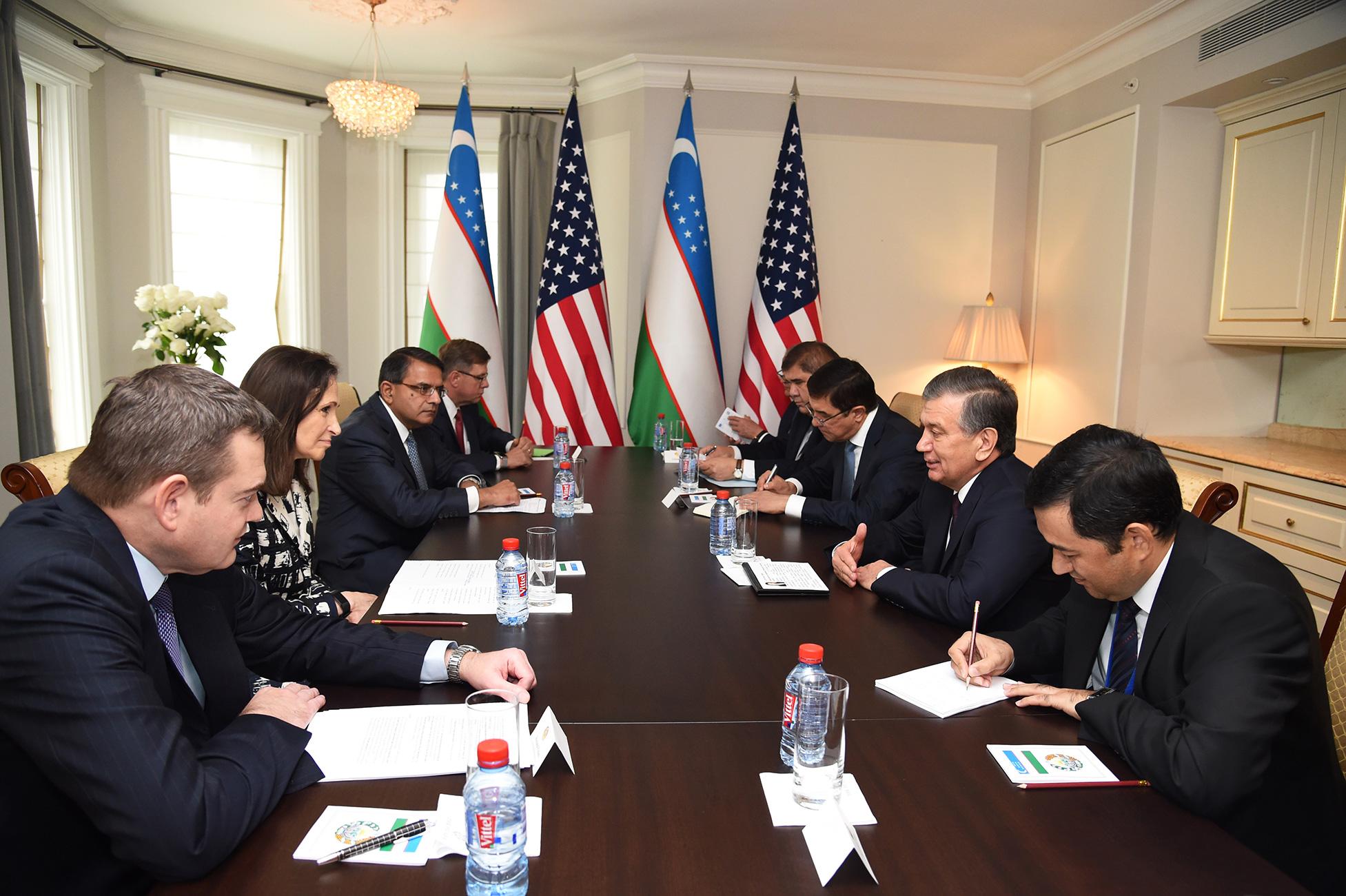Президент Узбекистана Шавкат Мирзиёев (второй справа) 19 сентября в Нью-Йорке общается с американскими бизнес-лидерами на тему заключения возможных контрактов. [Пресс-служба президента Узбекистана]