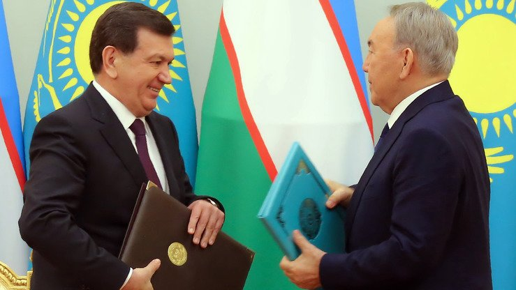 Kazakhstani President Nursultan Nazarbayev (right) and his Uzbekistani counterpart Shavkat Mirziyoyev exchange documents during a signing ceremony in Astana March 23. Regional leaders called 2017 a difficult but successful year. [Ilyas Omarov/AFP]