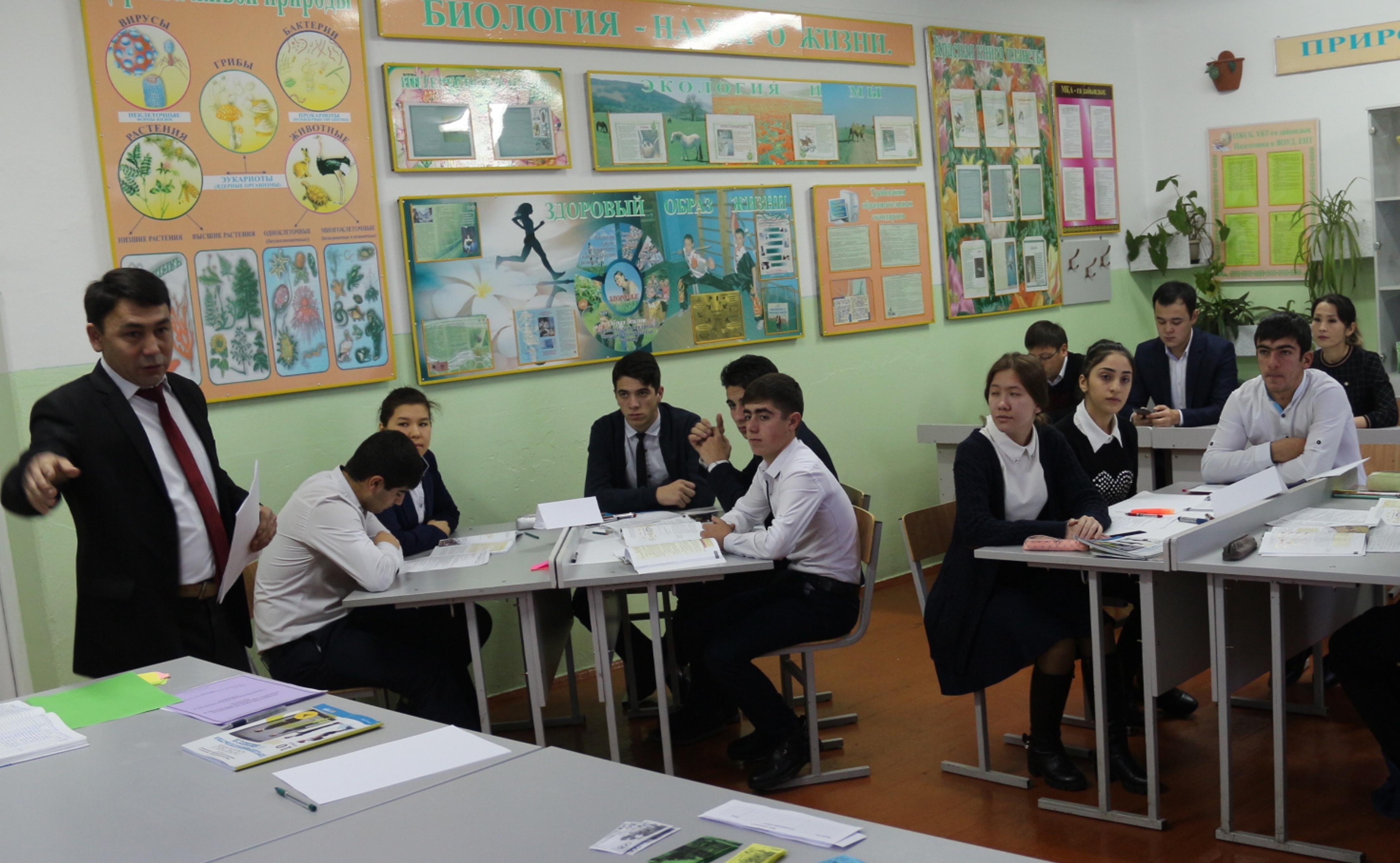 Преподаватель истории, юриспруденции и экономики Ержан Рапильбаев проводит первый урок по новому предмету для учеников 10 класса государственной школы № 9. Тараз, 3 января. [Национальная палата предпринимателей]