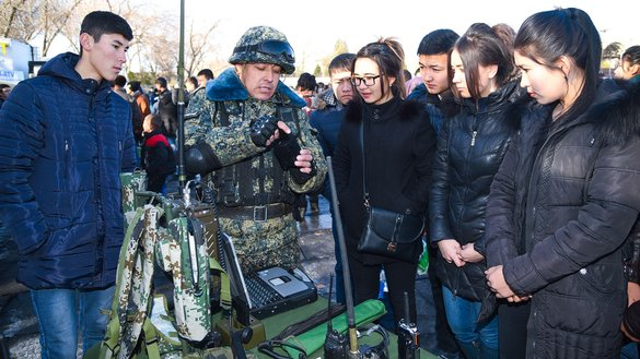 Uzbekistani youth familiarise themselves with military technology and service during a festival in Almalyk on December 29, 2017. [Uzbekistani Defence Ministry]