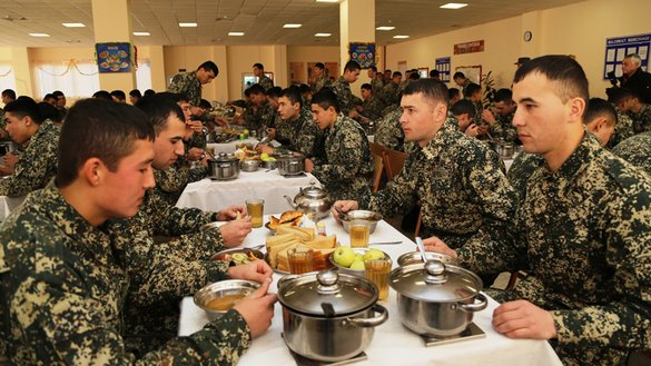 Troops demonstrate for journalists the new military food service system December 28, 2017, on a base in Tashkent Military District. [Uzbekistani Defence Ministry]