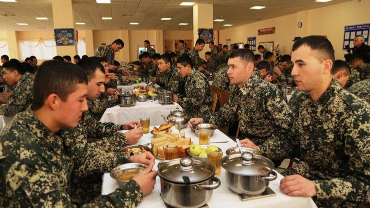 Военные демонстрируют журналистам новую систему обеспечения питанием на базе. Ташкентский военный округ, 28 декабря 2017 г. [Министерство обороны Узбекистана]