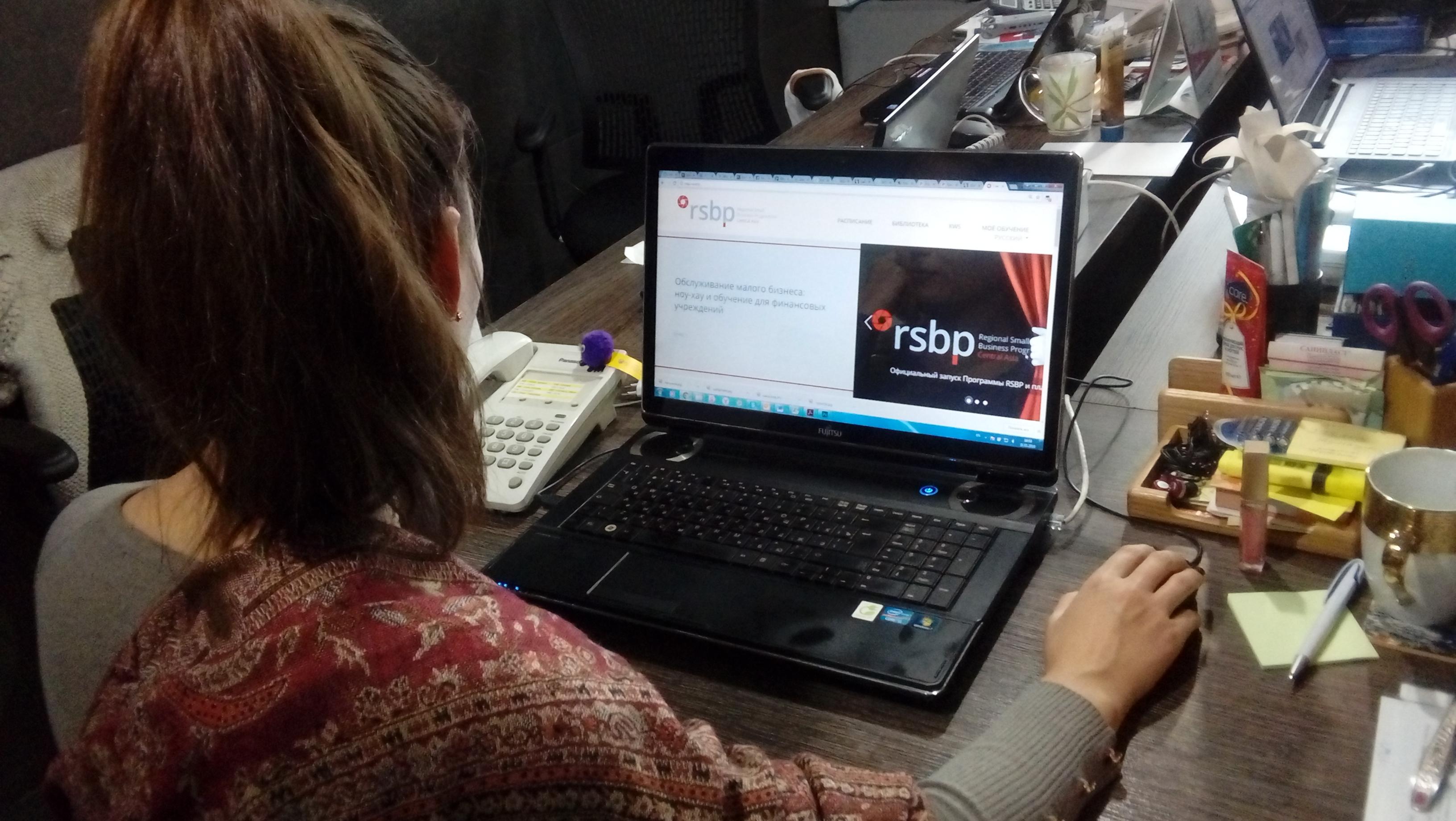 Пользовательница Интернета просматривает сайт программы RSBP. Алматы, 31 января. [Ксения Бондал]