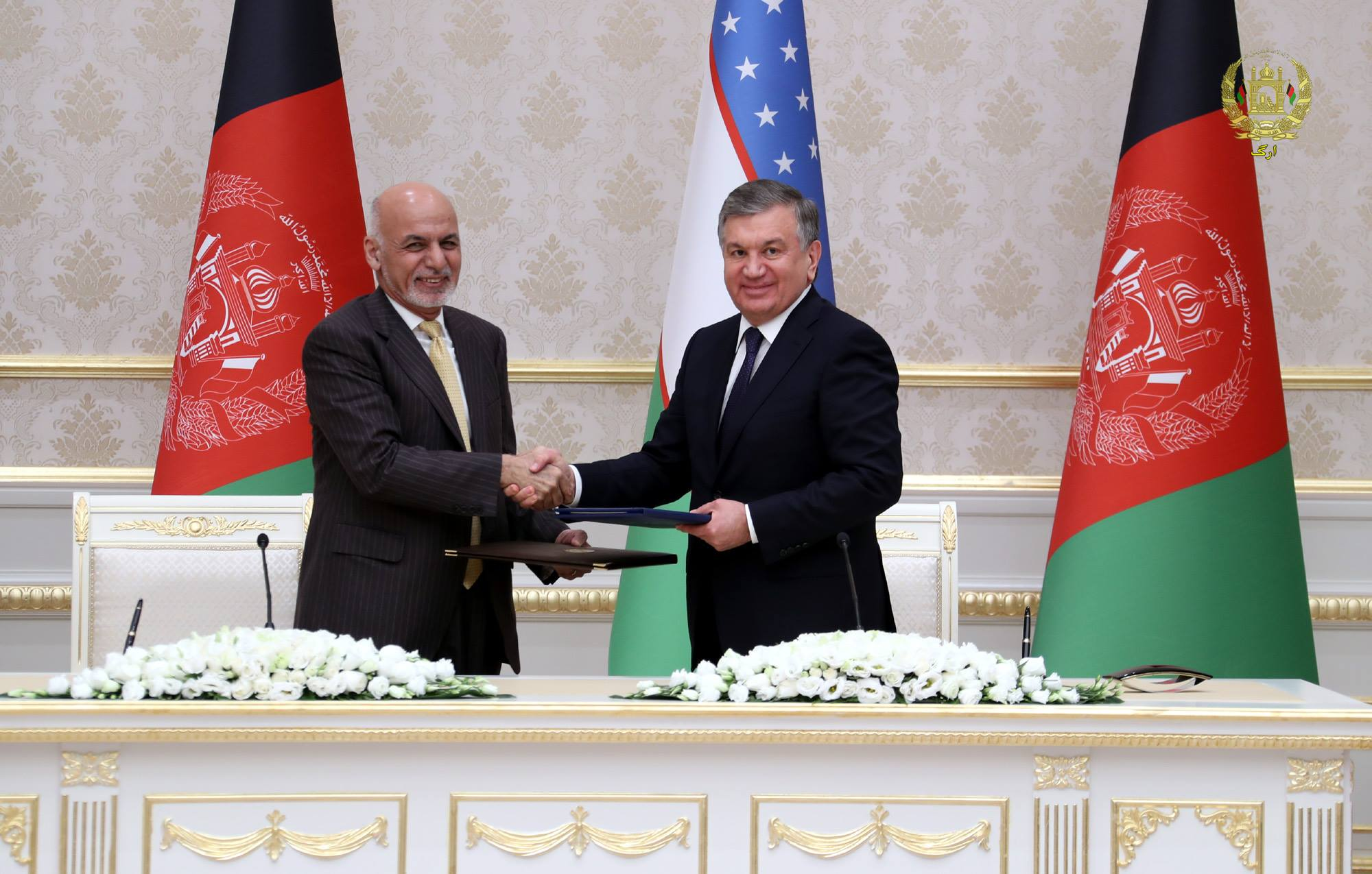 Президент Республики Узбекистан Шавкат Мирзиёев (справа) и президент Афганистана Ашраф Гани (слева) наблюдают за подписанием десятков соглашений и торговых контрактов на сумму более 500 млн долларов. Ташкент, 5 декабря. [Президентский дворец в Афганистане]