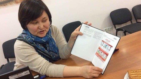 Специалист проекта USAID «Победим туберкулез» Рахат Жолурова рассказывает о новом учебнике по фтизиатрии. Бишкек, 21 февраля.«Преимущество этого учебника — его иллюстративный материал», – отметила она в интервью «Каравансараю».[Аскер Султанов]