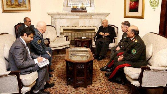 Президент Афганистана Ашраф Гани (сидит у камина) принимает начальников генеральных штабов армий Узбекистана и Казахстана 12 февраля в Кабуле. [Офис пресс-службы президента Афганистана]
