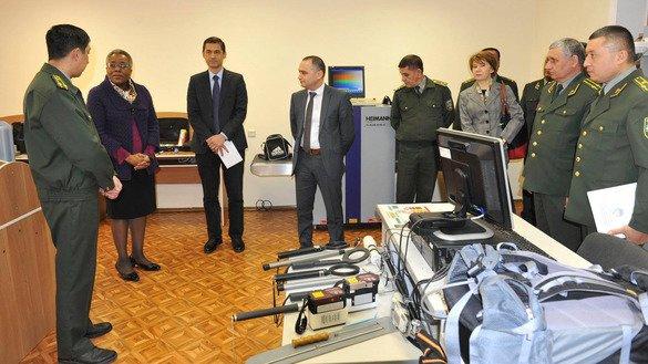 Посол США в Узбекистане Памела Спратлен (вторая слева) передает портативные детекторы радиации сотрудникам Государственного таможенного комитета Республики Узбекистан 23 февраля.[Посольство США в Ташкенте]