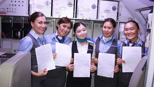 Казахстанские стюардессы демонстрируют благодарственные письма от довольных пассажиров. 16 февраля 2017 г.[Александр Богатик]