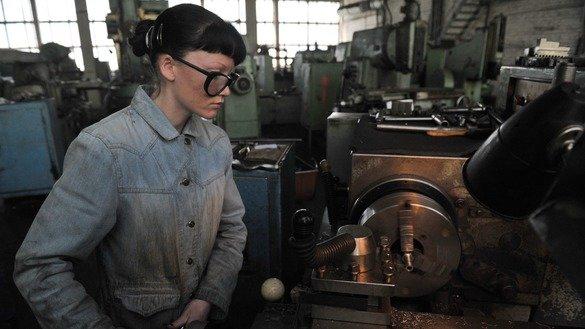 Женщина работает на цинковой фабрике. Западно-Казахстанская область, март 2016 г. По данным «ООН-женщины», жительницы Казахстана по-прежнему зарабатывают около двух третей того, что в среднем зарабатывают мужчины.[Владимир Третьяков]
