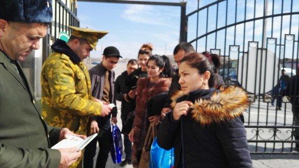 Погранпункт Сарбанд в Спитаменском районе на таджикской территории является одним из трех контрольно-пропускных пунктов, которые недавно были открыты в Согдийской области после десятилетнего перерыва. Гражданские лица проходят пограничные формальности на таджикской стороне 27 февраля. [Негматулло Мирсаидов]