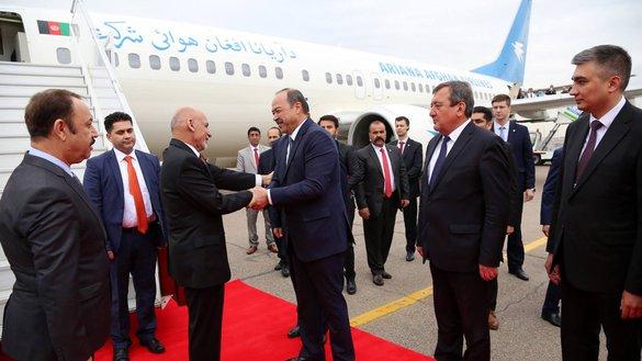 Премьер-министр Узбекистана Абдулла Арипов 26 марта приветствует президента Афганистана Ашрафа Гани в аэропорту Ташкента. [Президентский дворец в Афганистане]