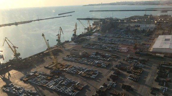 Дебаркадер порта Актау на побережье Каспийского моря. Открытие порта для США и отправки американских грузов в Афганистан - свидетельство растущих отношений между двумя странами, отмечают эксперты. [Порт Актау]
