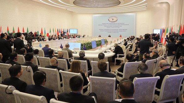 Participants of the Tashkent Conference on March 27 discuss ways to achieve peace in Afghanistan. [Uzbekistani presidential press office]