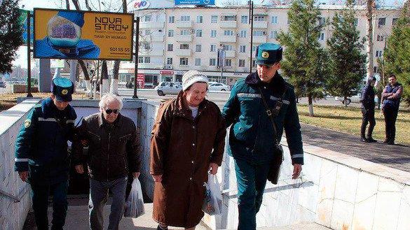 Сотрудники правоохранительных органов помогают пожилым найти дорогу. Ташкент, 25 февраля. [ГУВД Ташкента]
