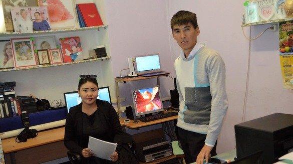 Марал Кожекбаева (слева), предпринимательница из села Мартук в Актюбинской области, после пройденного обучения открыла свой фотосалон. На фото она показана вместе со своим сотрудником. Мартук, 2 марта. [Палата предпринимателей]