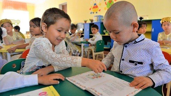 Дети рассматривают книгу в детском саду. Село Маллабой (Узбекистан). Раннее детство (0-6 лет) — это важный период в физическом, когнитивном, лингвистическом и социально-эмоциональном развитии ребенка. Опыт, накопленный детьми в первые годы жизни, формирует и определяет их будущее, говорят эксперты. [Мирзобек Ибрагимов/Всемирный банк]