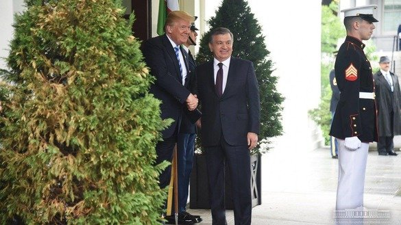 US President Donald Trump shakes hands with Uzbekistani President Shavkat Mirziyoyev outside the White House May 16. [Uzbekistani presidential press office]