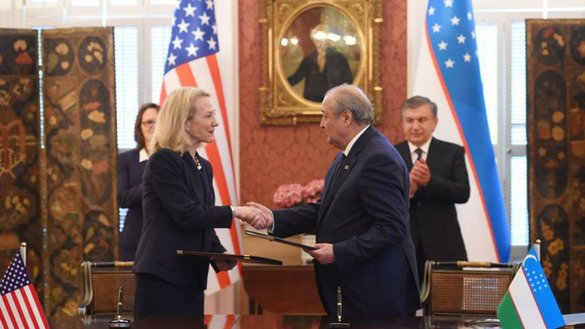 US Principal Deputy Assistant Secretary of State for South and Central Asian Affairs Alice Wells and Uzbek Foreign Minister Abdulaziz Kamilov signed two agreements May 17 in Washington. [Uzbek presidential press office]