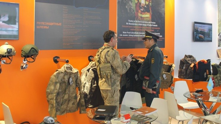 A Turkish exhibitor at KADEX-2018 in Astana May 24 demonstrates military equipment worn by motorised rifle troops. [Aydar Ashimov]