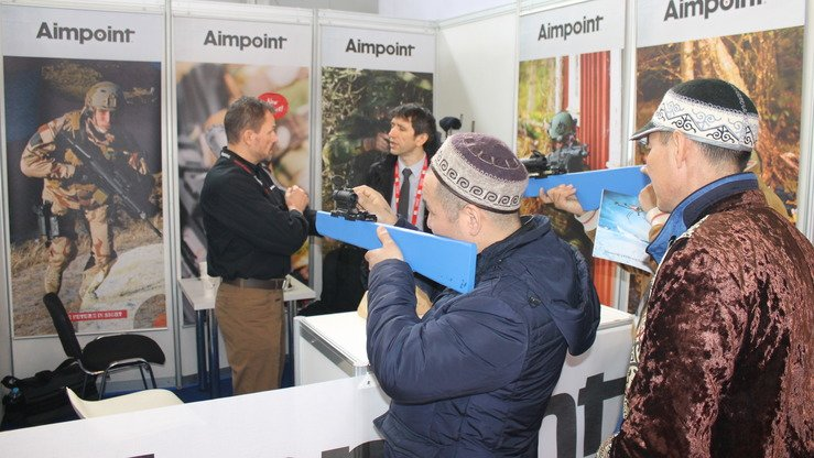 Visitors to KADEX-2018 look through Swedish weapons sights in Astana May 24. [Aydar Ashimov]