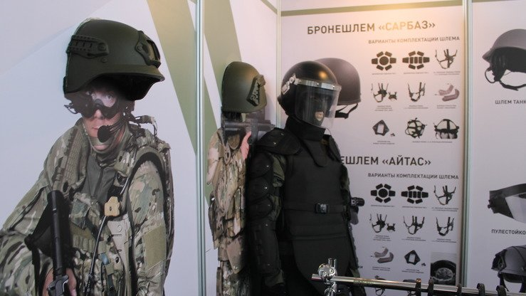 Kazakh-made Sarbaz and Aytas combat helmets are on dsiplay in Astana May 24 at KADEX-2018. [Aydar Ashimov]