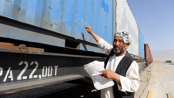 Работник железной дороги наносит маркировку на грузовой автомобиль. Мазари-Шариф, 2013 г.[Азиатский банк развития]