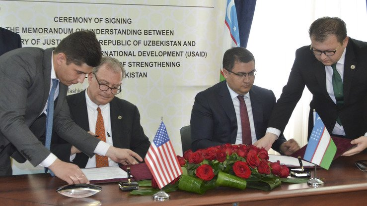 USAID Deputy Assistant Administrator for Asia Javier Piedra and Uzbek Justice Minister Ruslan Davletov sign a memorandum of understanding in Tashkent June 8 to support judicial reform in the country. [US Embassy in Uzbekistan]