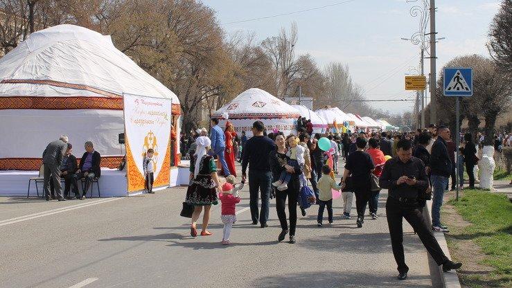 Unemployment in southern Kazakhstan is higher than the national average. Local residents frequently take temporary jobs like peddling merchandise in outdoor markets and doing repairs. A market in Shymkent is shown in March. [Aydar Ashimov]