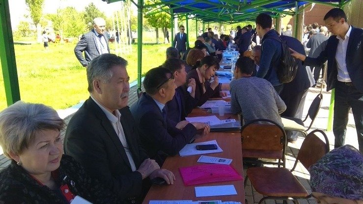 The government is popularising south-to-north resettlement by holding job fairs to offer work and to explain advantages of resettlement. At this job fair in Shymkent April 20, organisers offered more than 100 jobs. [Local Administration of South Kazakhstan Province]