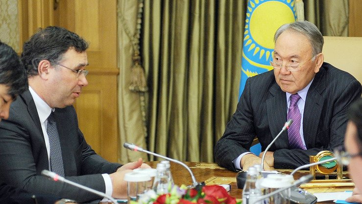 Kazakh President Nursultan Nazarbayev (right) confers with Patrick Pouyanné, CEO of the French oil giant Total, in Astana April 14, 2015. [Ilyas Omarov/AFP]