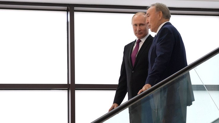 Russian President Vladimir Putin (left) and Kazakh President Nursultan Nazarbayev meet in Sochi, Russia, in May 2018. The Kremlin's extension of a ban on transporting Ukrainian goods through Russia to Kazakhstan and Kyrgyzstan has angered business leaders in Central Asia. [Kazakh presidential website]