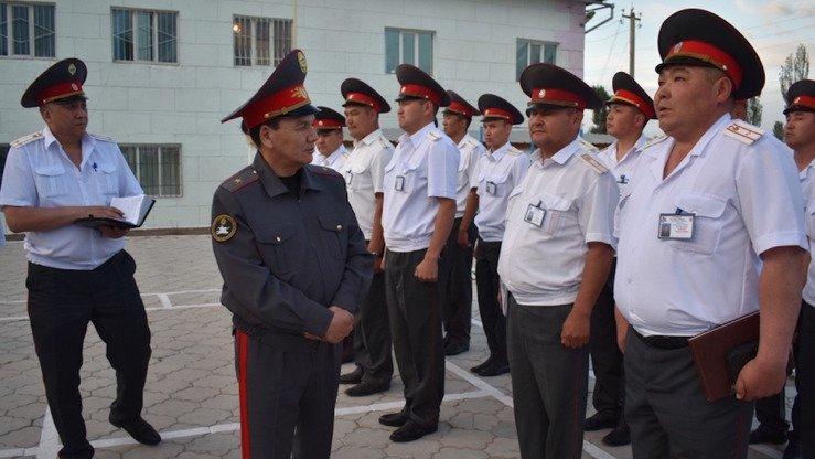 Полицейские стоят навытяжку в полицейском участке на Иссык-Куле в июне. Во время туристического сезона были усилены меры по поддержанию общественного порядка. [Министерство внутренних дел Кыргызстана]