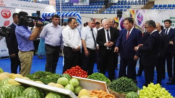 Sughd Province government chairman Rajabboi Akhmadzoda points to vegetables presented at the Sughd 2018 international trade fair in Khujand July 6. [Negmatullo Mirsaidov]