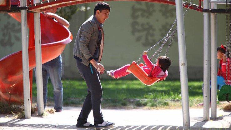 Отец играет с ребенком. Шымкент, июнь 2018 г. [Фото пресс-службы акима Шымкента]