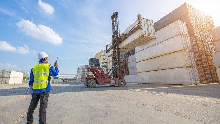 Рабочий наблюдает за контейнером в Транспортно-логистическом центре (ТЛЦ). Шымкент, май 2018 г. [Фото пресс-службы ТЛЦ]