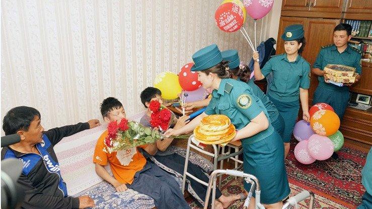 Сотрудники полиции навещают детей с ограниченными возможностями и раздают подарки. Ташкент, июнь 2018 г. [Министерство внутренних дел Узбекистана]