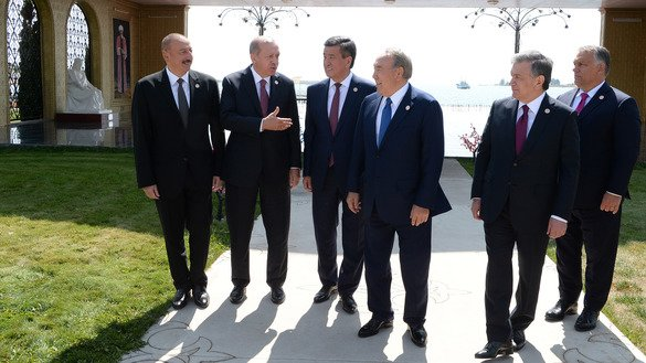 The presidents of Turkic-speaking countries walk together in Cholpon-Ata September 3. From left to right: Azerbaijani President Ilham Aliyev, Turkish President Recep Tayyip Erdogan, Kyrgyz President Sooronbay Jeenbekov and Kazakh President Nursultan Nazarbayev. Uzbek President Shavkat Mirziyoyev (2nd right) and Hungarian Prime Minister Viktor Orban (right) were guests of honour. [Kyrgyz presidential website]
