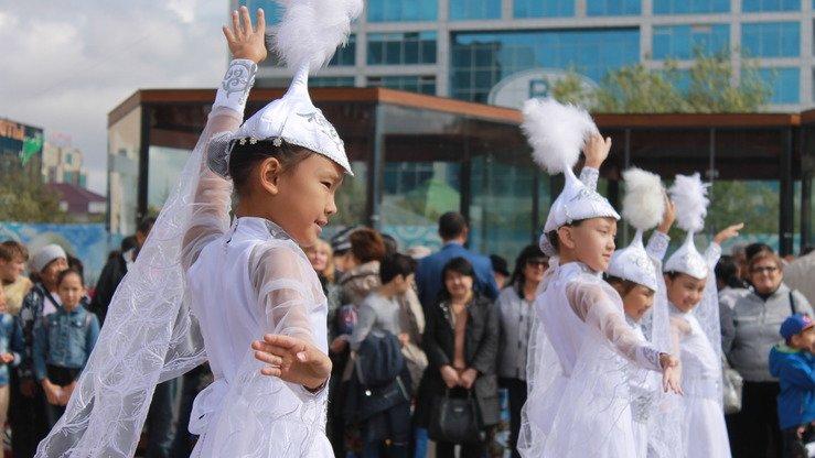 Узбекские девушки танцуют в народных костюмах на  гастрономическом фестивале. Астана, 8 сентября. [Айдар Ашимов]