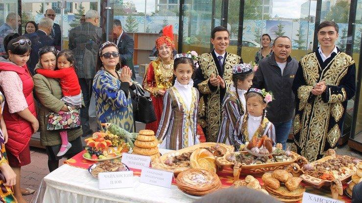 Дети и взрослые из узбекской диаспоры в Казахстане предлагают узбекские блюда. Астана, 8 сентября. [Айдар Ашимов]