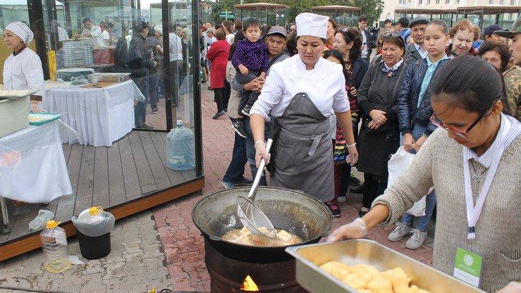 Повар готовит куриные пирожки в хлопковом масле. Астана, 8 сентября. [Айдар Ашимов]