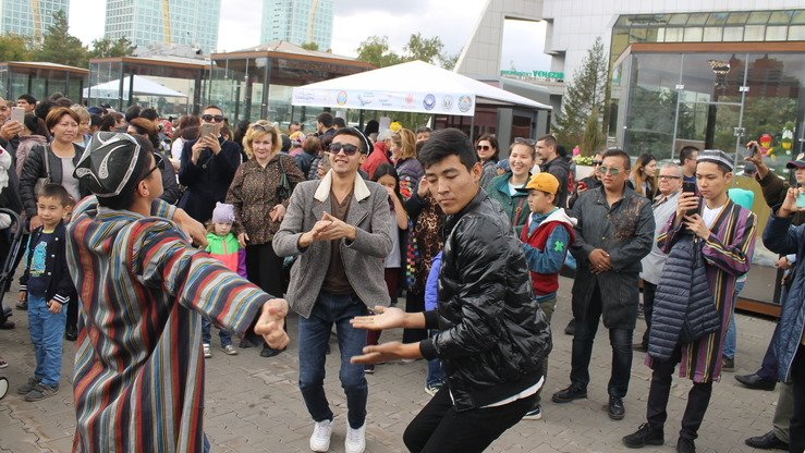 Singers from Uzbekistan participated in the Astana festival, performing favourite songs of residents from both countries. Festival-goers dance to Uzbek pop music on September 8. [Aydar Ashimov]